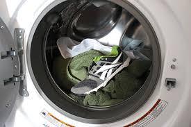 Как постирать кроссовки: в стиральной машине или вручную? Как стирать кроссовки в стиральной машине: особенности, выбор режима и средства